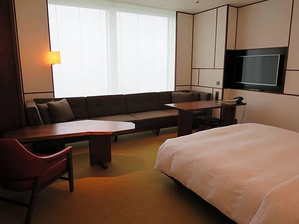 房間的大沙發令人心情放鬆