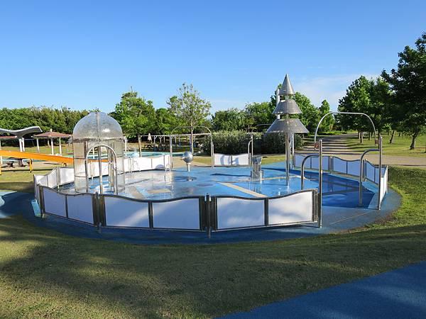 旁邊也有水池,可惜時間不夠沒讓孩子們玩