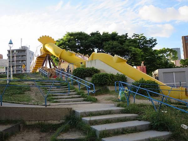 又是個讓小孩興奮不已的溜滑梯