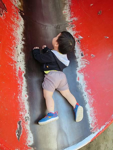 對於比較快的溜滑梯小波只敢被背對溜