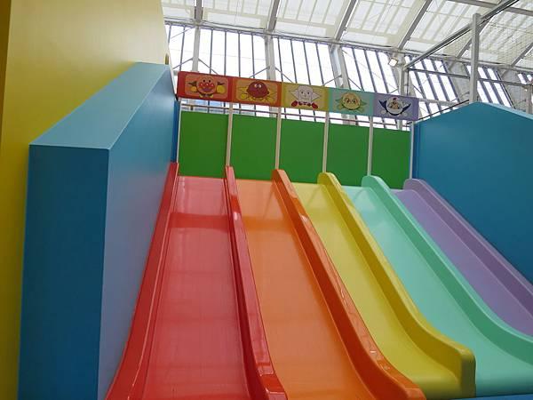 彩虹溜滑梯