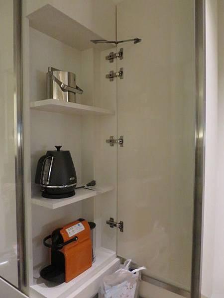 咖啡機隱藏在角落,櫃子蓋起來就看不到了