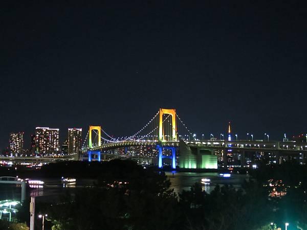 去台場看完煙火,夜晚的彩虹橋