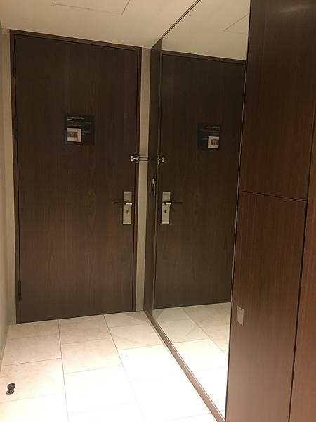 玄關處有巨大穿衣鏡