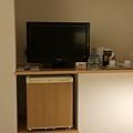空間不大,電視擺放的位置在床的側邊