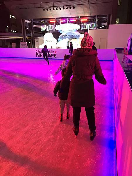 老婆第一次溜冰