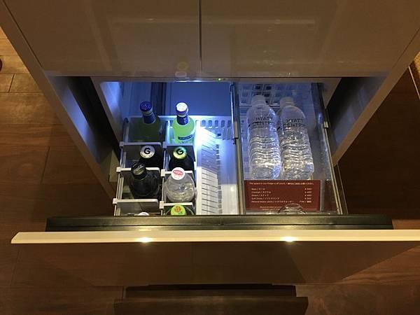 冰箱藏在小櫃子裏面