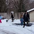 在住宿的外面玩雪也很開心