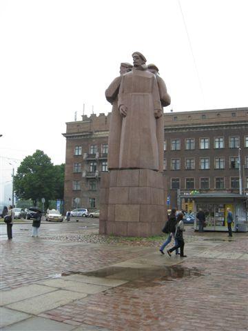 進舊城廣場前的雕像