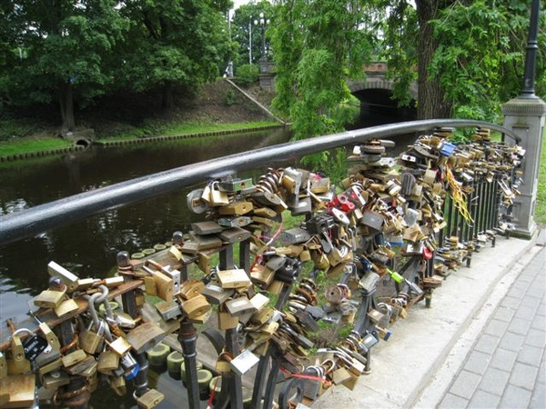 橋上弄了一堆鎖 表示一堆人對自己的愛情很沒信心啊哈哈