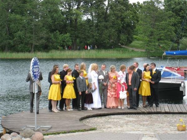 有人在辦婚禮 伴娘是黃色的喔