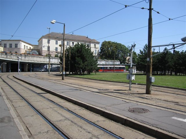 Bratislava中央車站外的電車站