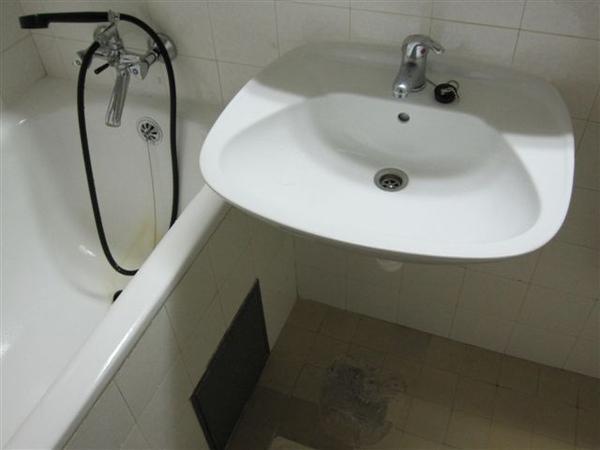 浴室也是很破爛 有黃色水漬