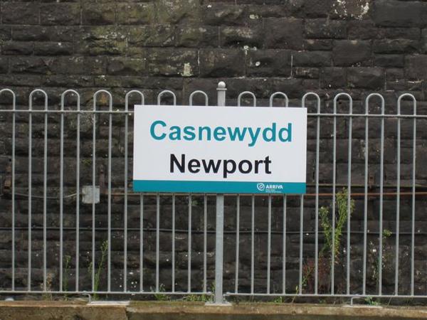 威爾斯內的站名 威爾斯文在上,英文在下