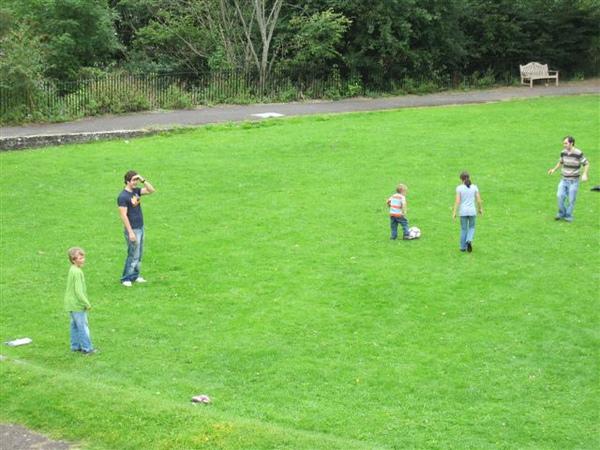 爸爸帶小朋友玩球