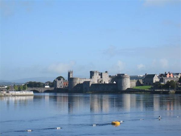遠方是King John's Castle