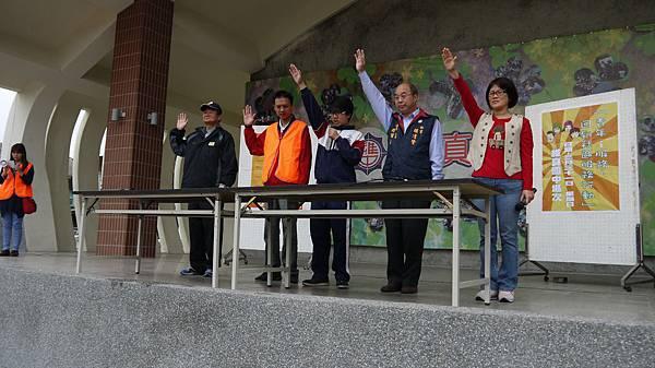 團友會王會長率領學生宣誓