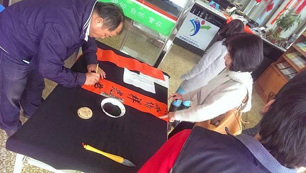 2015-02-06苗栗學習中心義賣春聯書法老師現場揮毫01a
