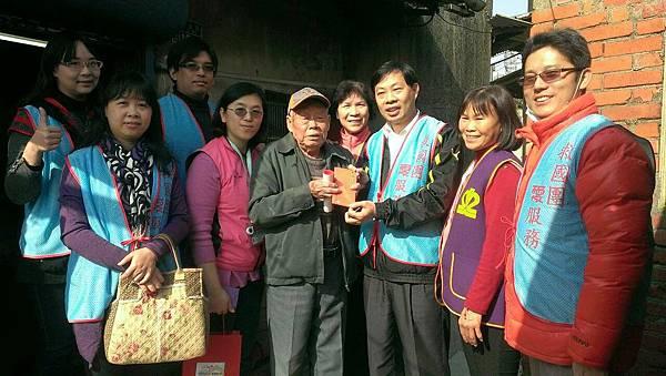 2015-02-16苗栗縣分享愛心春聯捐款慰訪獨居長者03a