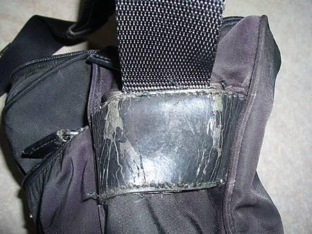 皮包兩側皮釦的皮料老舊脫皮