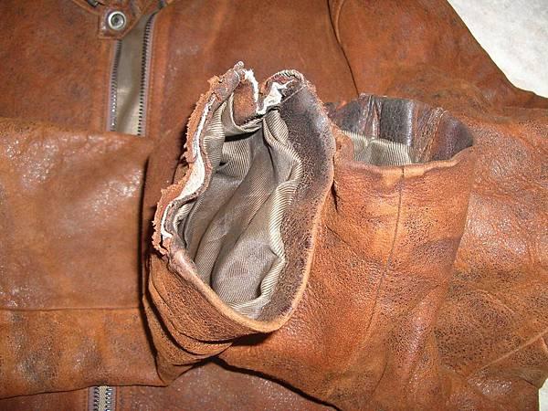 皮衣的袖口嚴重磨損脫皮