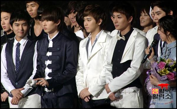 090403 KBS-2TV Music Bank04.jpg