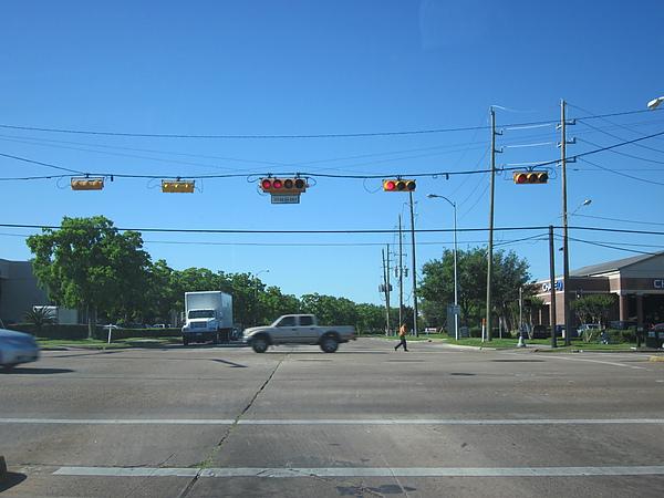 紅綠燈,每個車道都有一個紅綠燈,跟台灣的不一樣