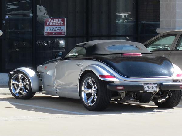 停車場看到一台很特別的車,前輪超大輪。