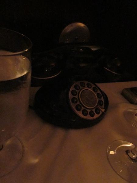 還有一個假道具,電話有插孔,但是拿起來沒有聲音...