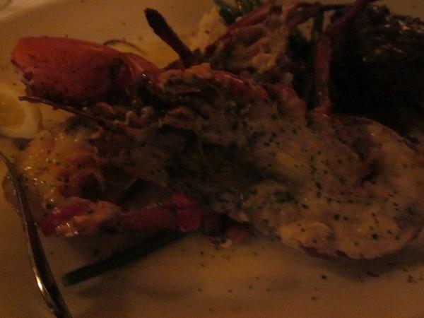 龍蝦的吃法很特別,要配上一碗奶油