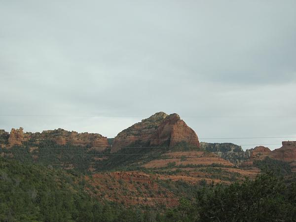 沿途有很多巨大的岩石