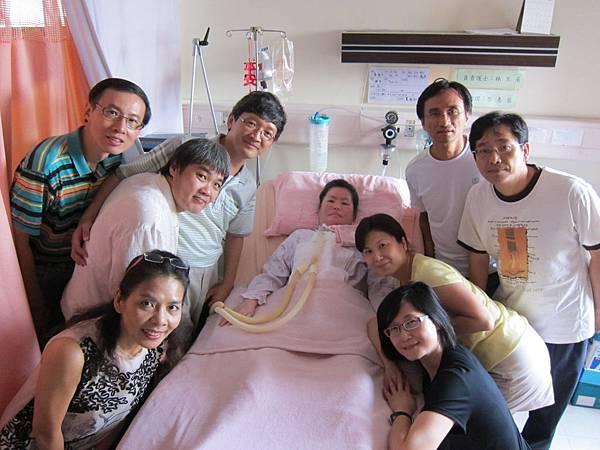 靠近怡文穿黃色衣服的同學是吳麗美