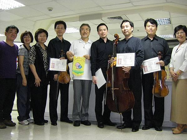 上圖:劉延鉅理事長感謝台北四重奏團員們, 和祈翔病房病友暨家屬一起歡慶父親節。