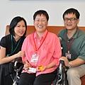 由左至右分別是UPS總經理李維潔與病友陳俊芝及其先生黃景祥
