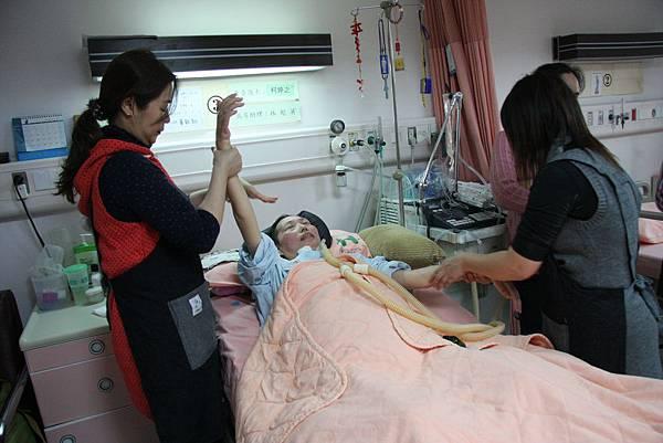 郭惠鈴老師率領的志工團隊來到忠孝醫院祈翔病房,為病友們精油按摩。