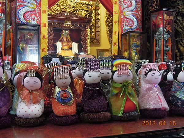 媽祖襪娃於苗栗白沙屯拱天宮媽祖廟展覽前先參拜