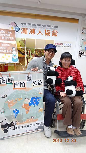 慷仁與病友俊芝推廣旅遊自拍做公益