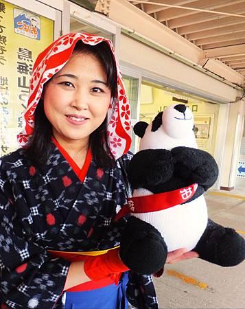 與台灣平溪線鐵道建立姊妹線的秋田鳥海山線小火車的導覽小姐歡喜抱襪娃
