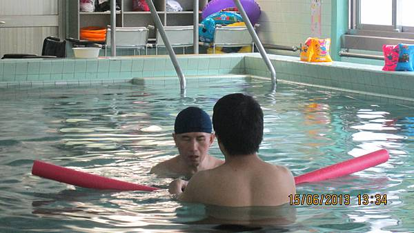 國瑞在老師的幫助下體驗水療。