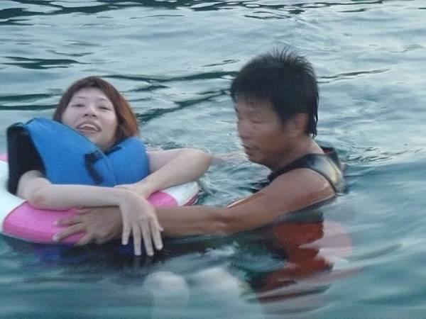 許展容於海中漂浮。