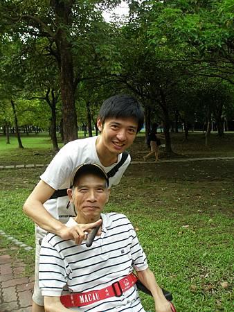 兒子推他到大安森林公園,逗得他好開心。 (3)