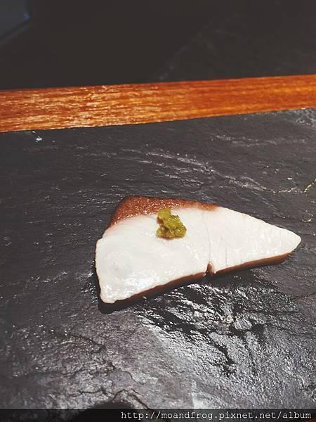 夏鰤,台灣稱作青干。炙燒後,撒上柚子胡椒粉