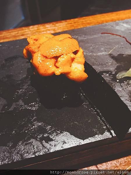 沒有腥味的海膽壽司 。 腥味加入明礬有關,殘留味道吃起來會有苦味。