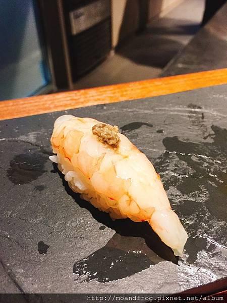 台灣甜蝦壽司。壽司上面有松葉蟹蟹膏