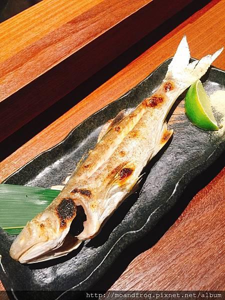 烤鯃魚。(鯃魚在日本的意思是 沒有下巴的魚) 。旁邊是芥末胡椒