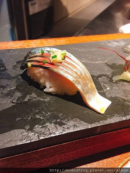 鯖魚壽司。(劃刀讓原本的肉質更Q彈)