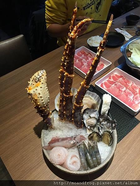 偷拍別桌帝王蟹套餐