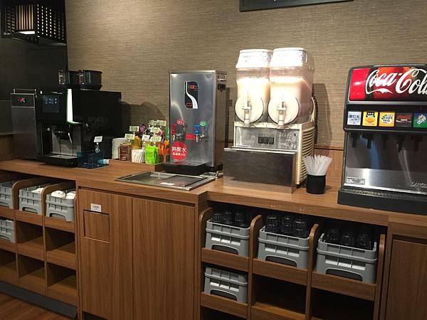 飲料區 有冰沙、可樂、熱茶等等 當然也有足夠的冰塊~ 蛙董就泡煎茶加點冰塊 ~馬上變身冰綠茶