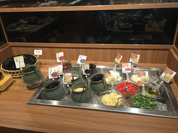 照燒醬、韓式辣醬、金桔醬、胡麻醬、醬油等等