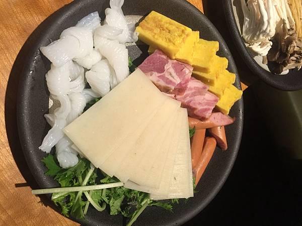最後加點的這盤有點後悔....整塊培根跟熱狗, 貪嘴, 應該不要吃這類的加工品。溫野菜的肉盤是真的不錯吃!